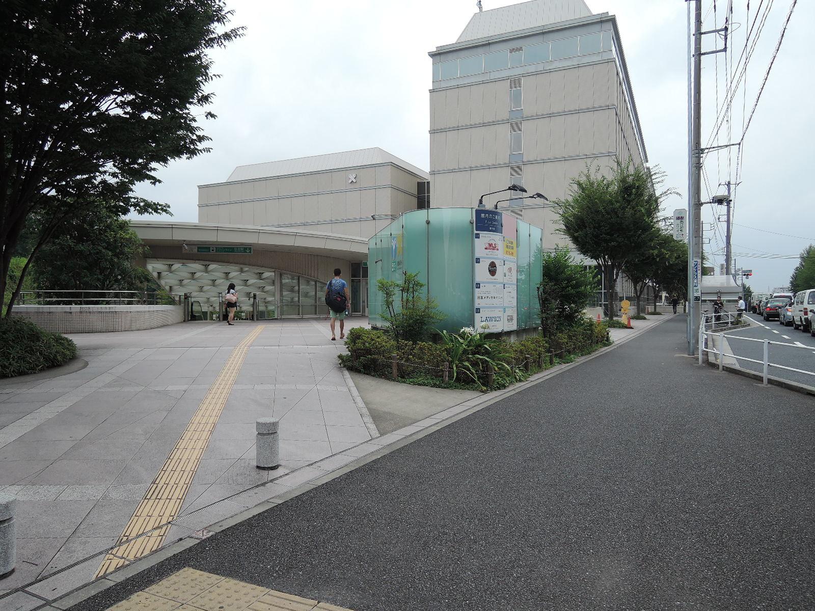 ブルーラインの日吉駅入口を左手に見つつ進みます