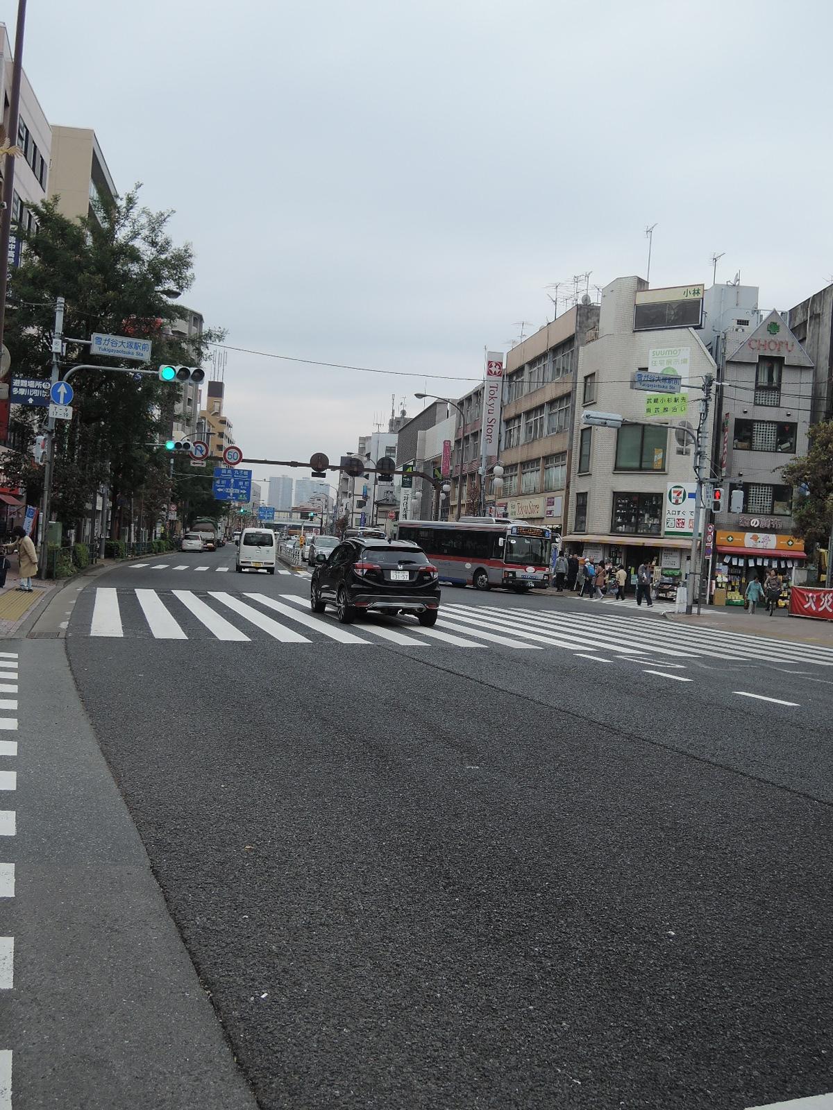 駅の西口側はすぐに中原街道