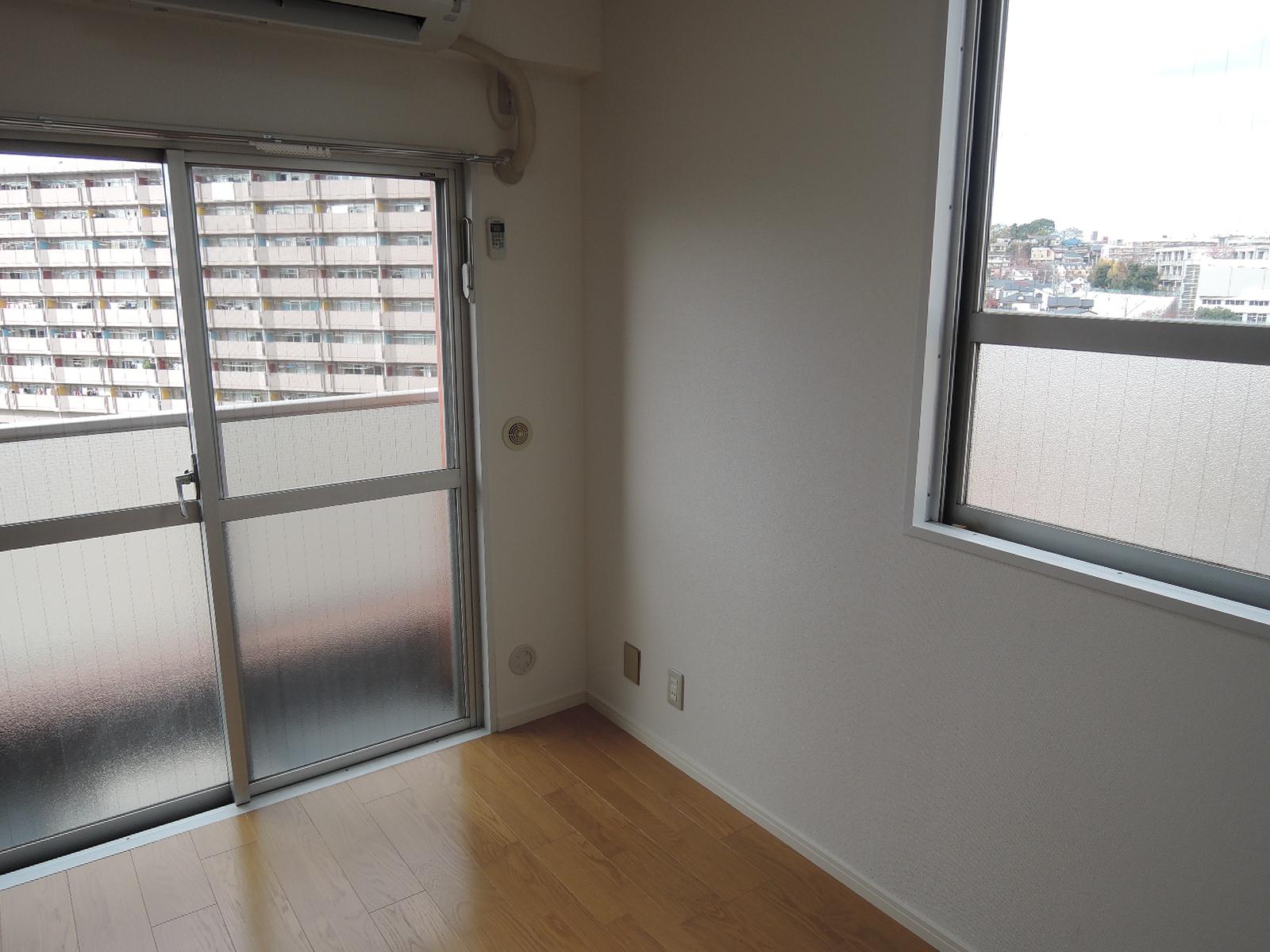 バルコニーと窓の2面採光です。便利な室内干し用のフックも設置