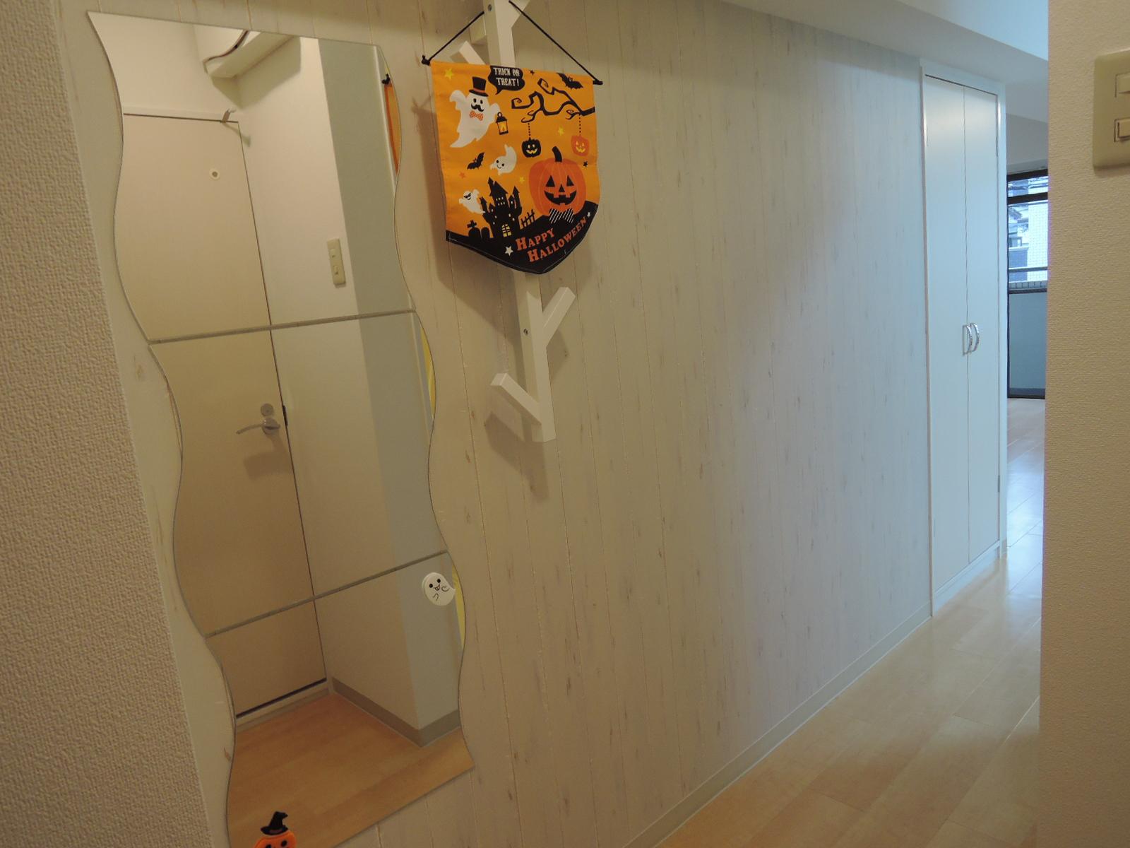 このお部屋は廊下のクロスも明るい木目調です