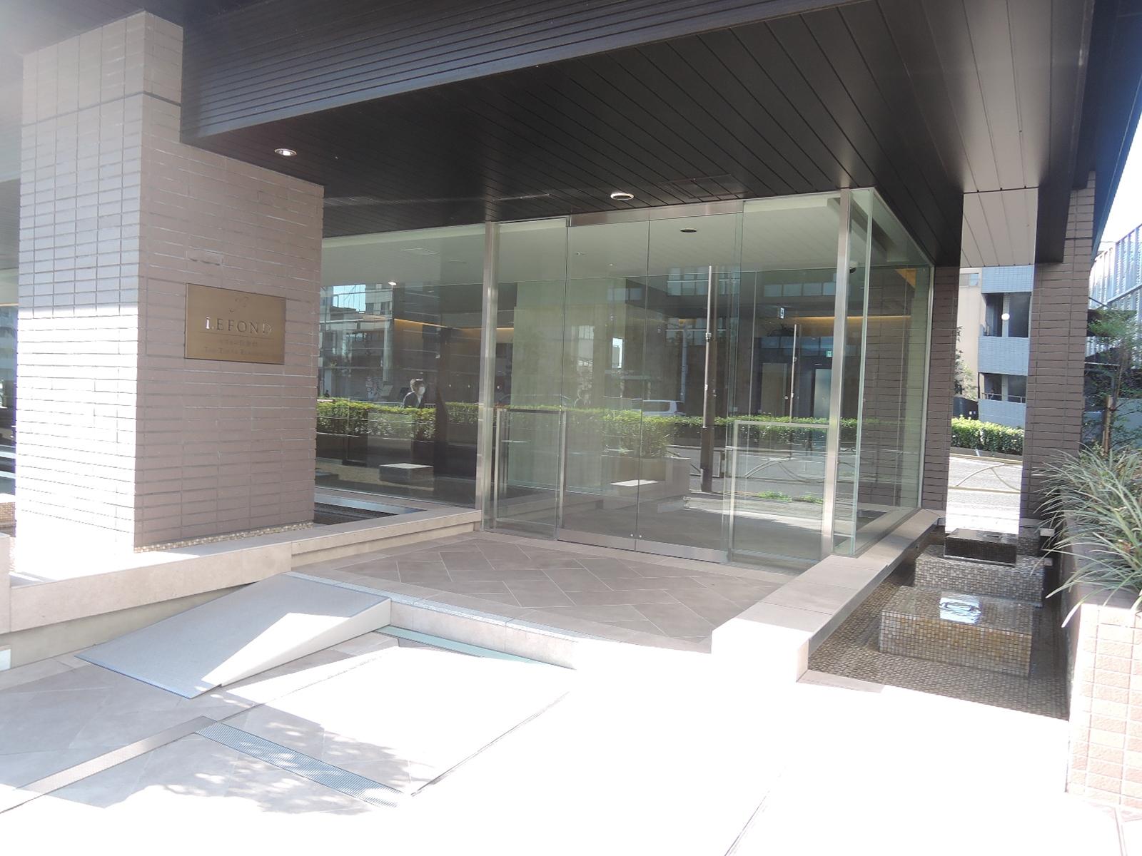 マンション1階部分。ガラス貼りで開放的