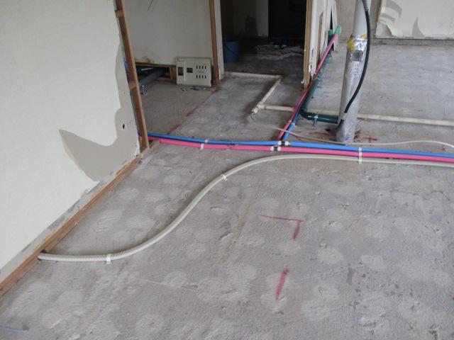 床の下を這うように設置されています