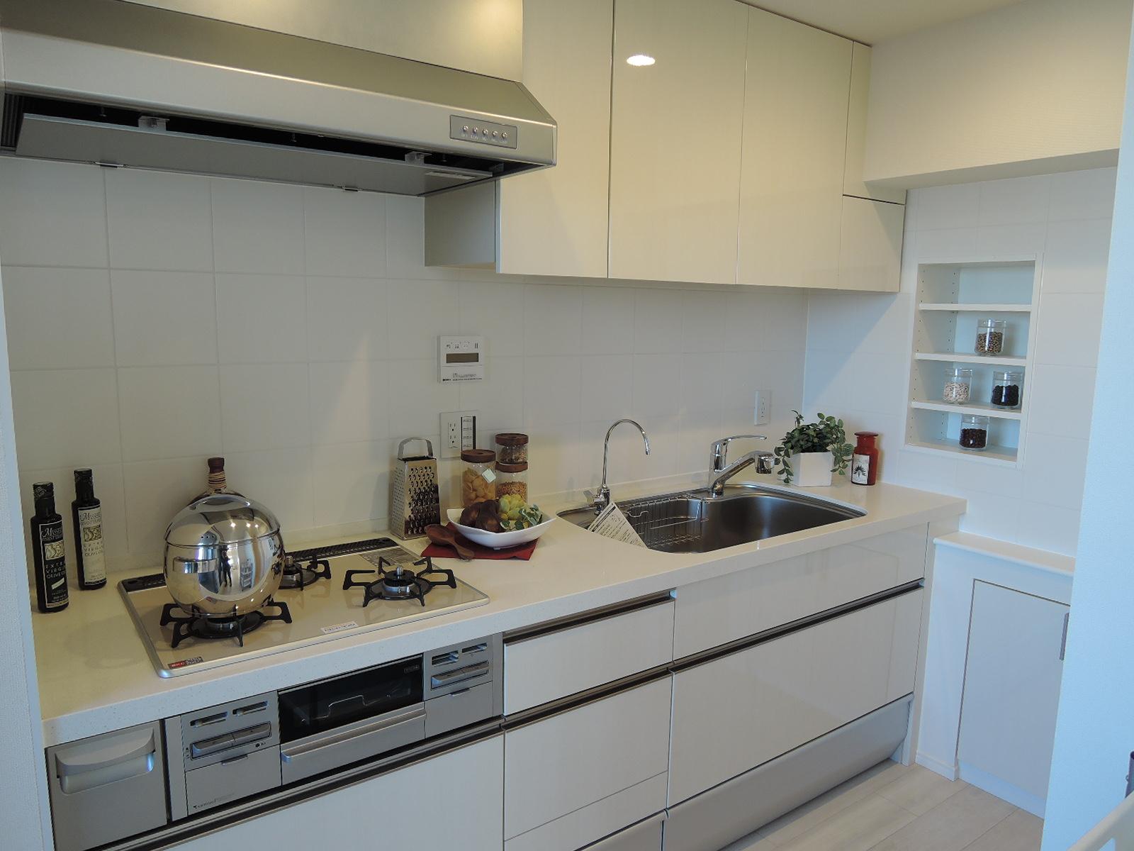 リビング横の明るくスッキリとしたキッチンスペース