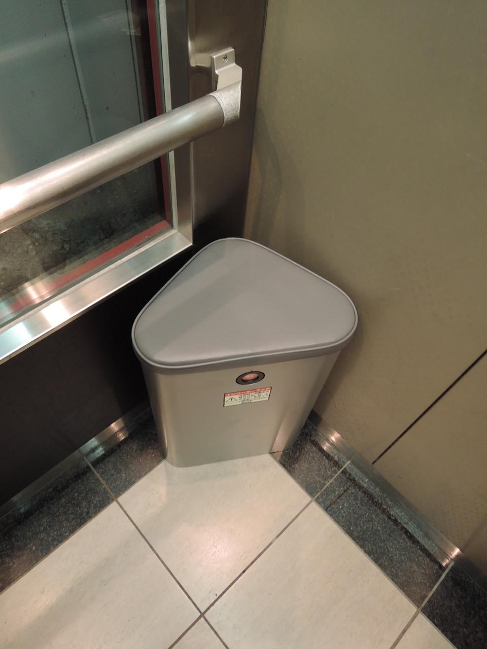 エレベーター内に防災グッズ