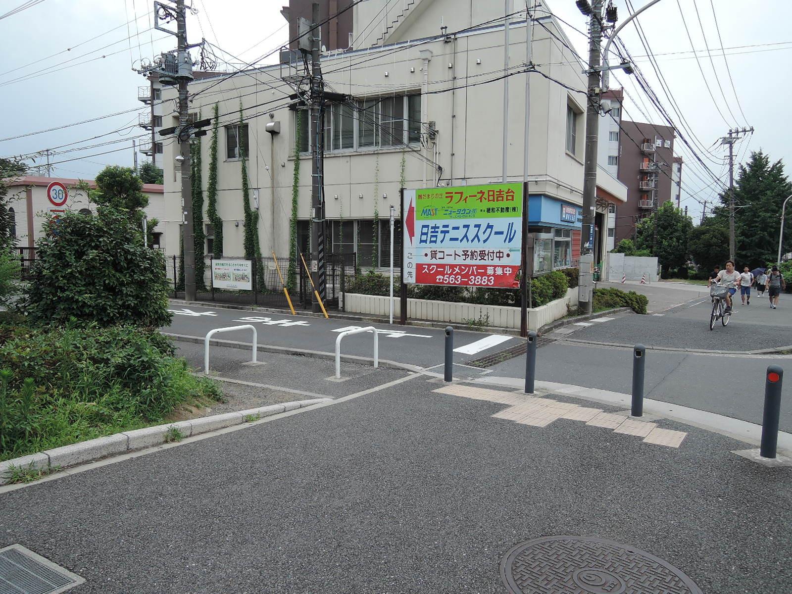 慶応大学の敷地に沿って左折します