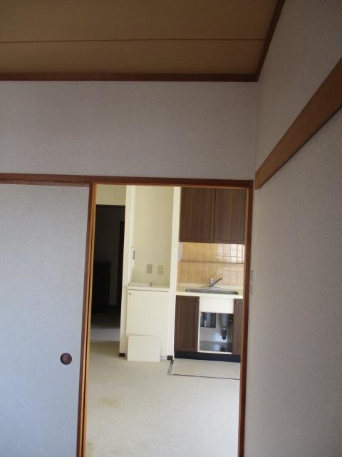 奥の和室からダイニングキッチン方向(解体前)