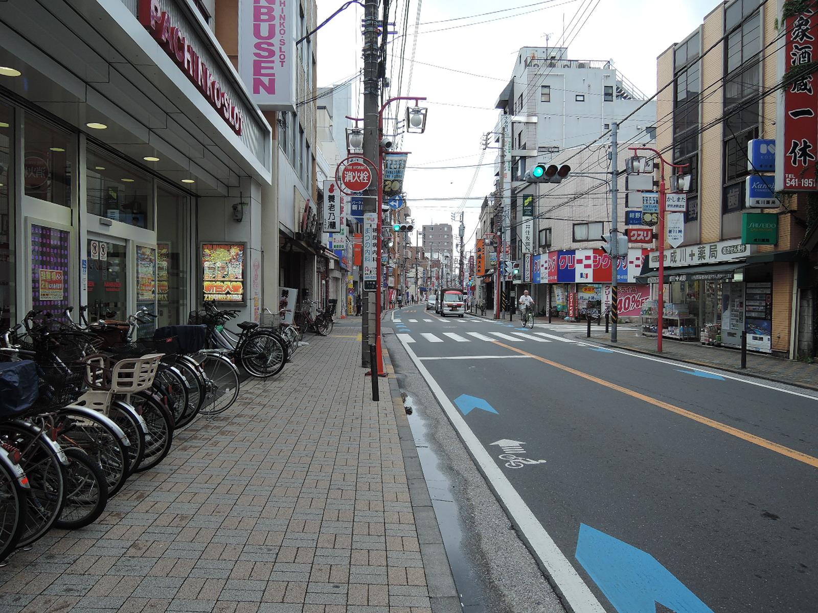 道路の両側にお店が並ぶ商店街