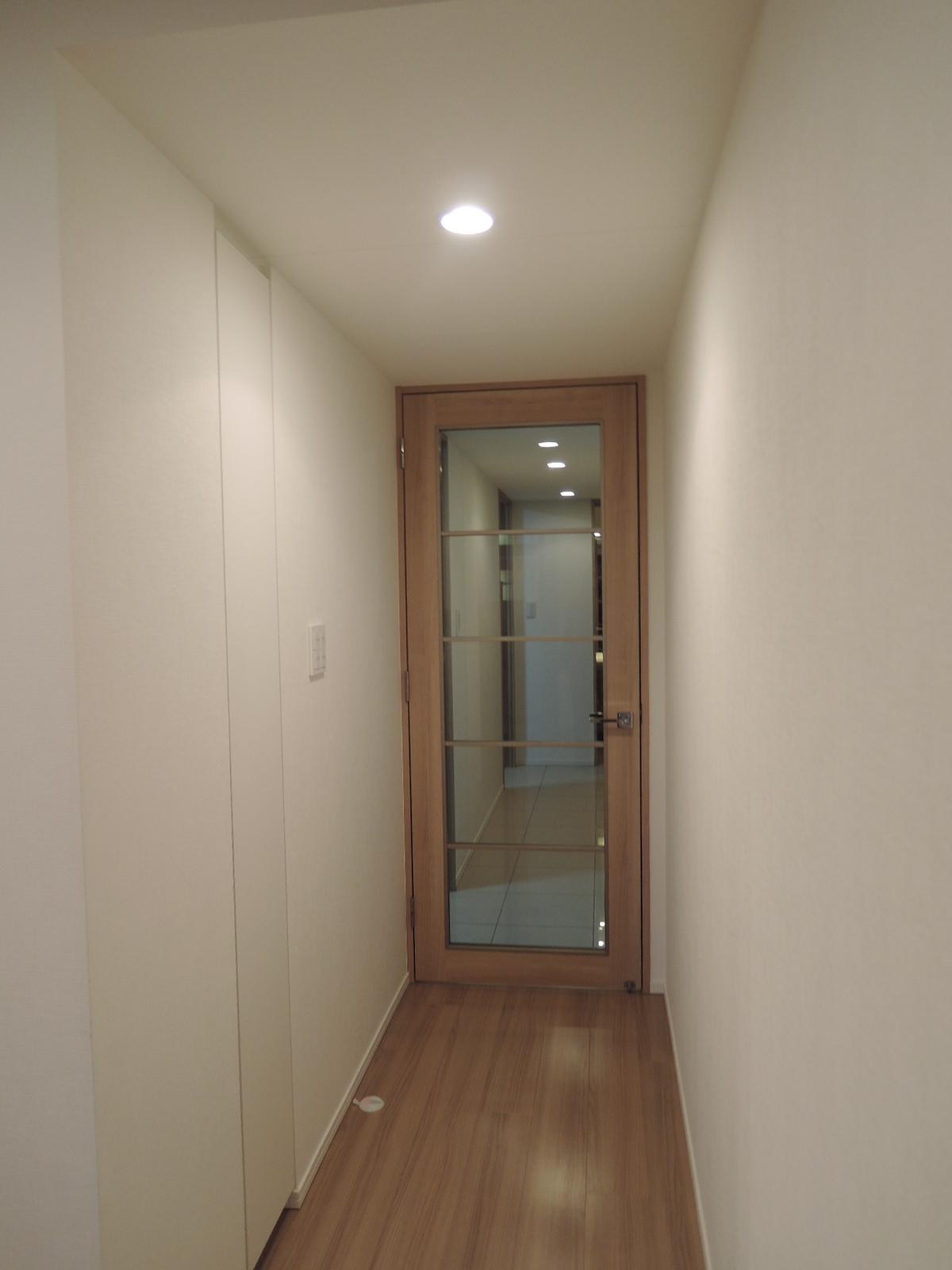 廊下にも扉付きの物入れがあります
