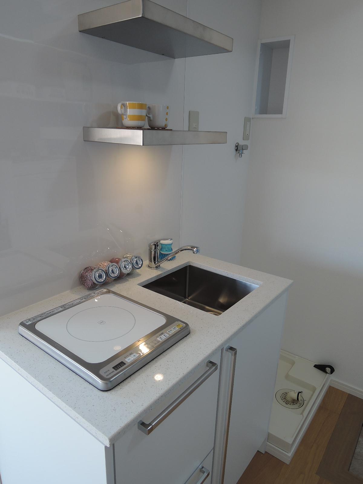 その隣はすっきりとシンプルなキッチン