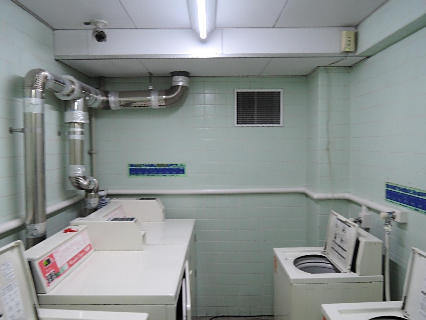 地下にあるランドリー室。防犯カメラ設置