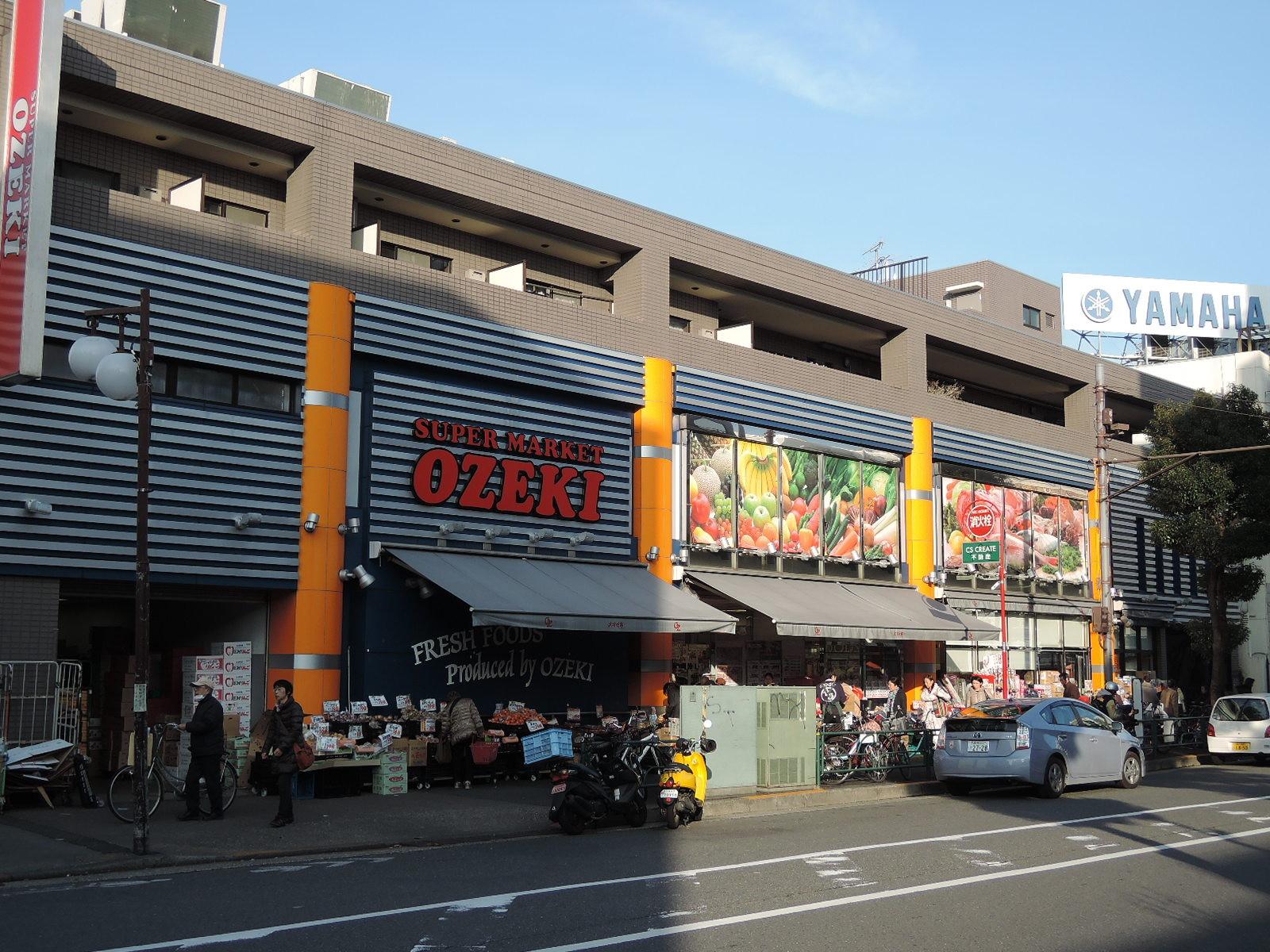 交差点近くにはスーパーマーケット