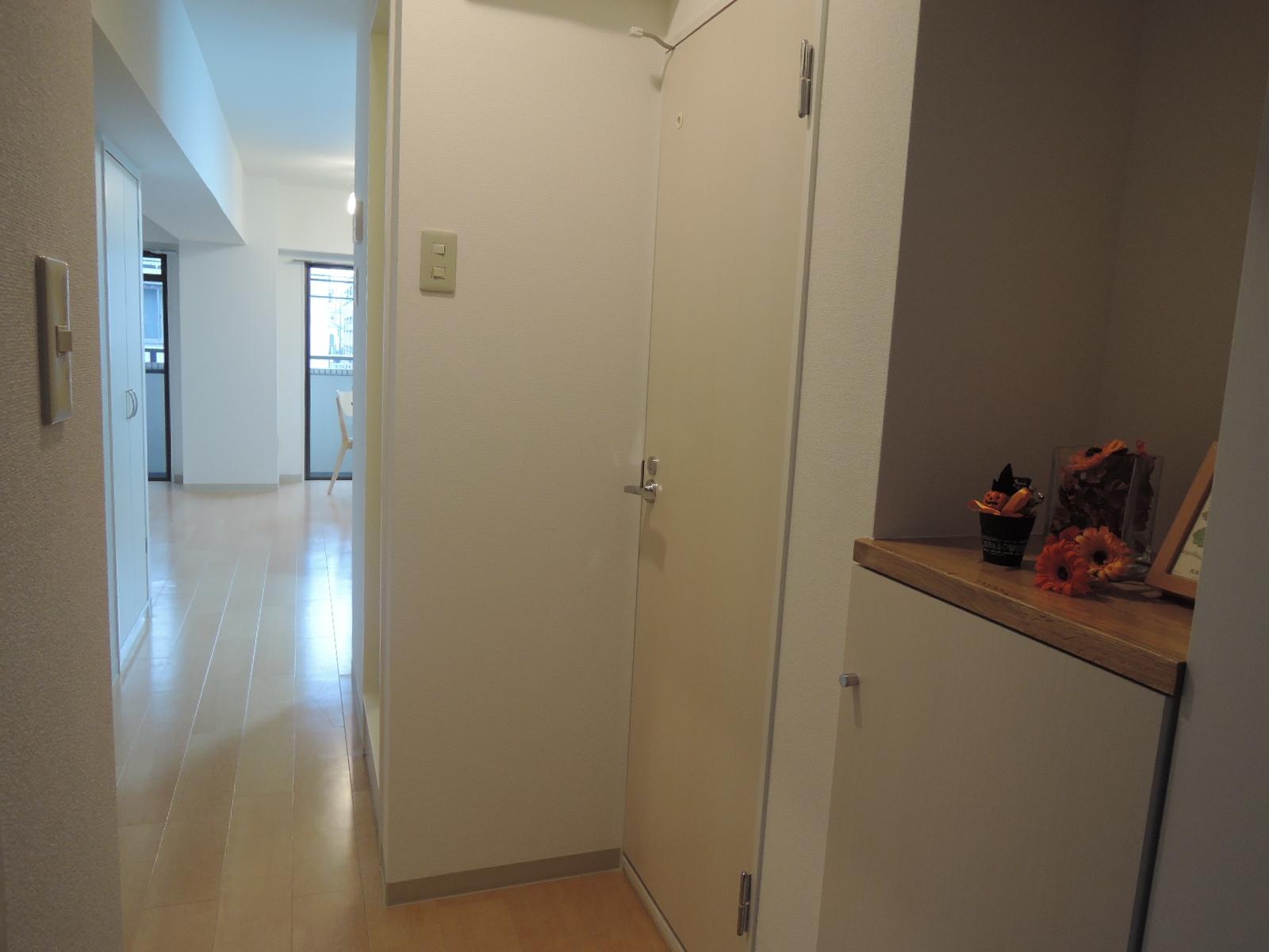 玄関。入って右側のトイレの扉も新規交換