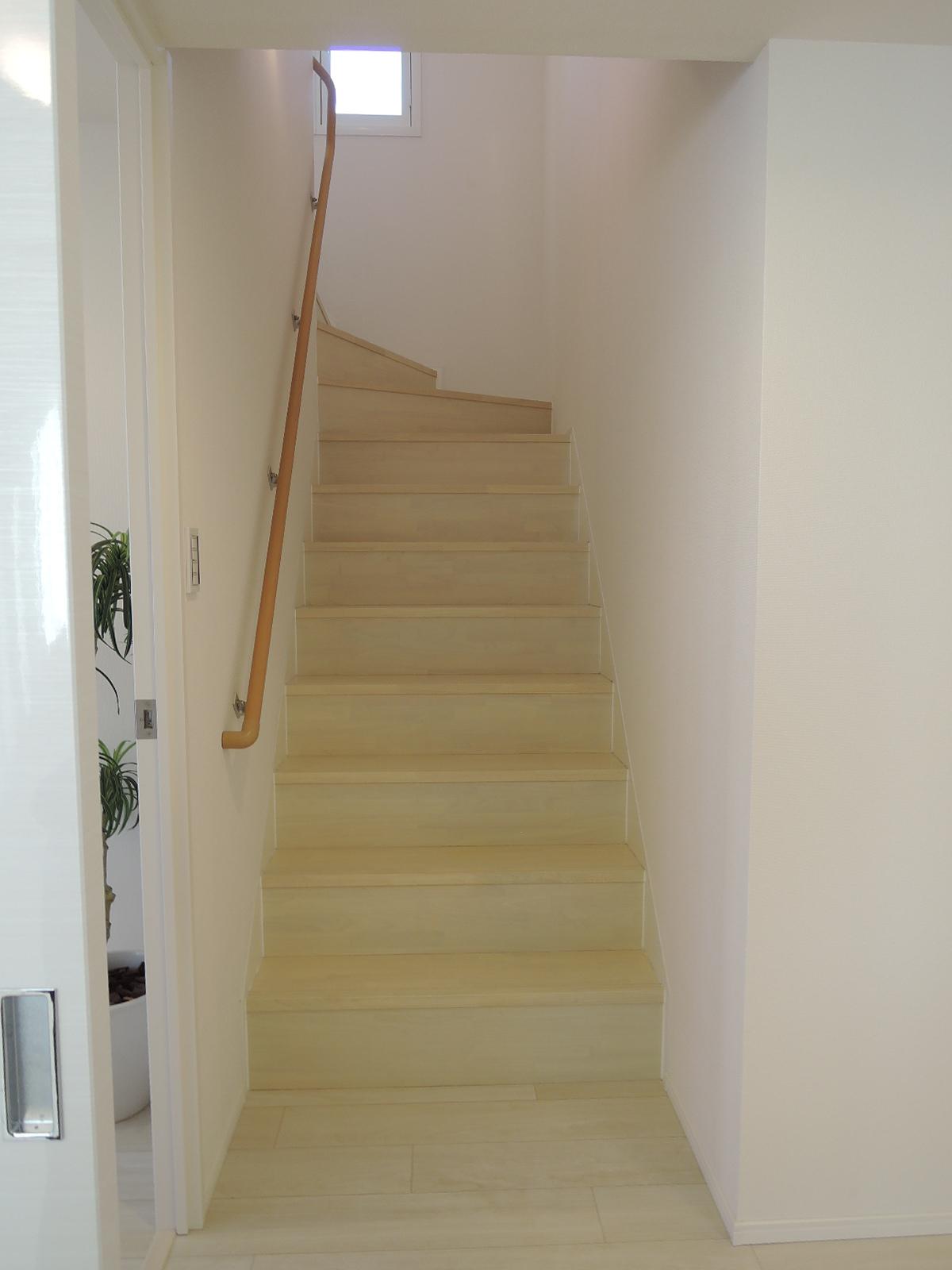 リビング入口手前の廊下から階段を上がります