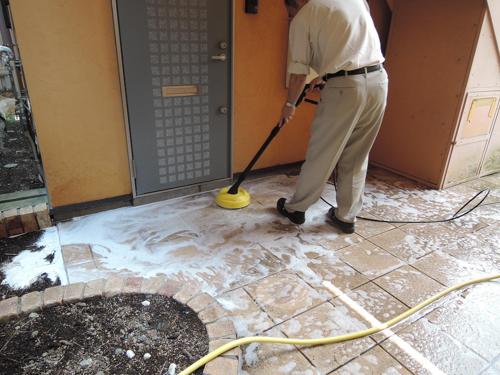 床も洗剤で丁寧に洗浄