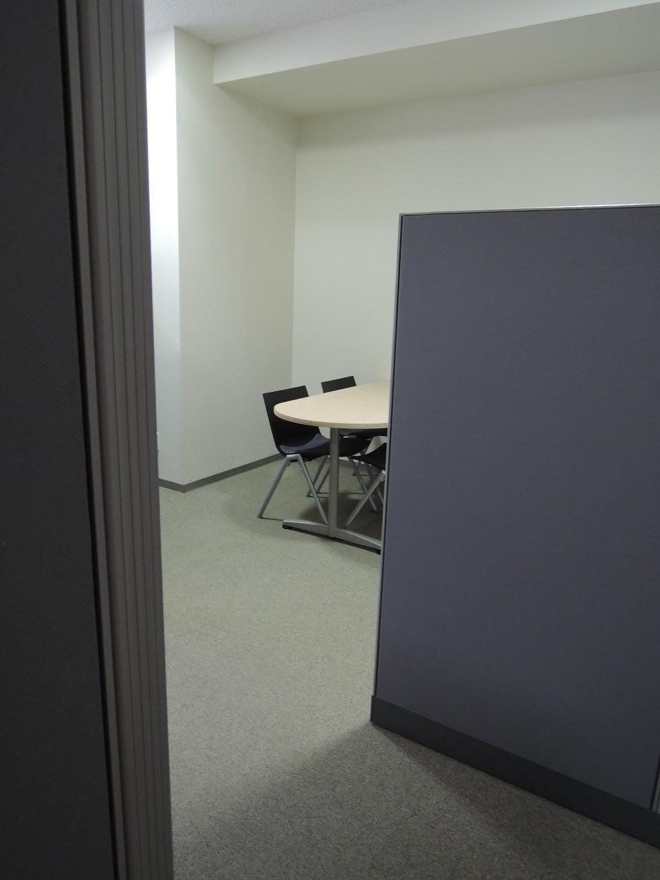 テーブルと椅子が設置されています