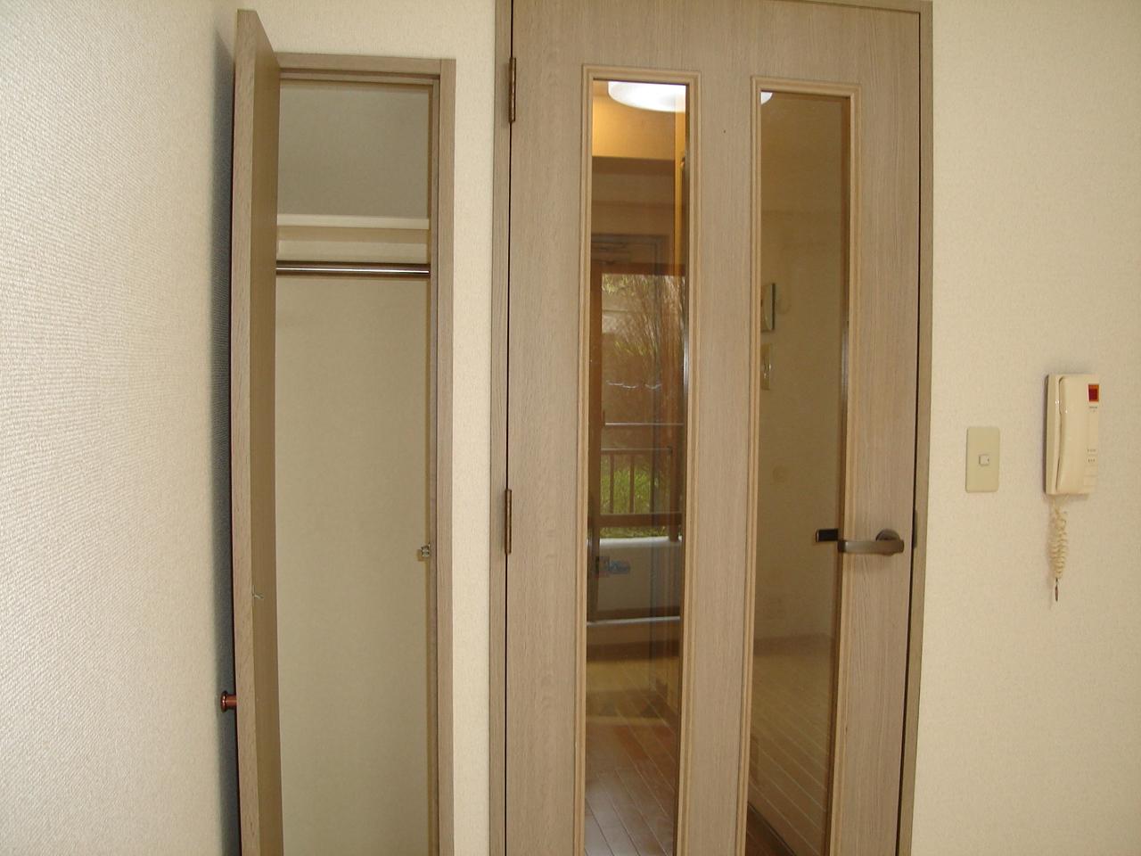 扉の横にクローゼット有り