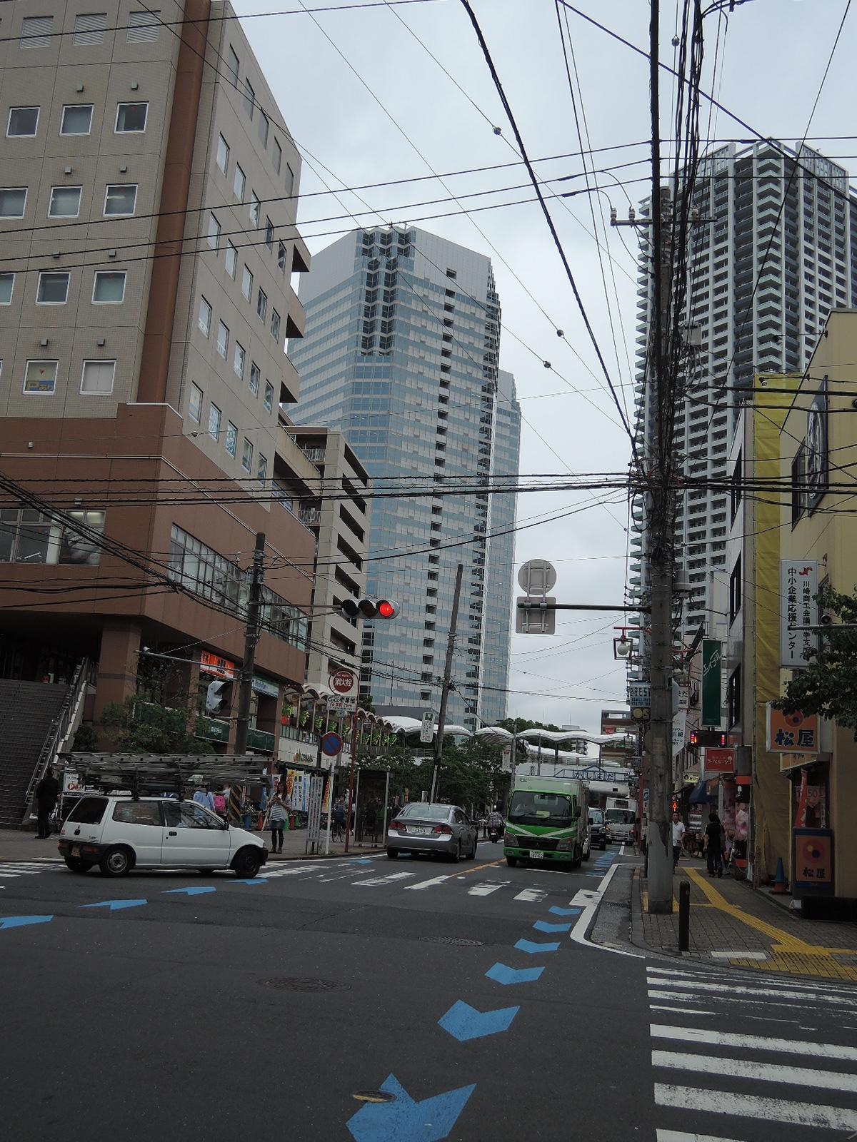 「新川崎」駅方向も再開発中です