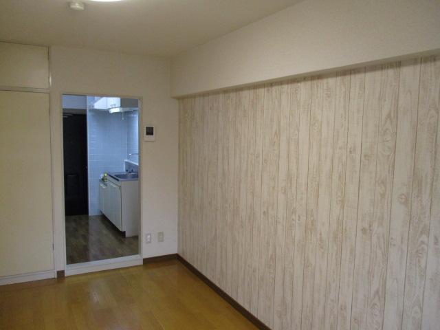 同じ間取りのお部屋ですが、こちらは壁の一面を木目調にいたしました