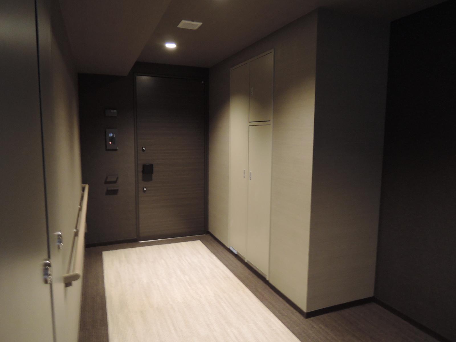 共用廊下の床はカーペット。静かです