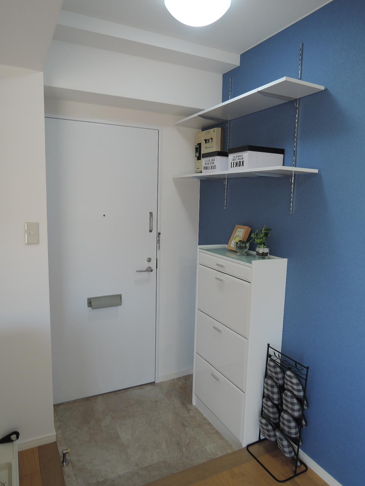 玄関内。広さがあります。下駄箱と、上部には可動式の棚が2段