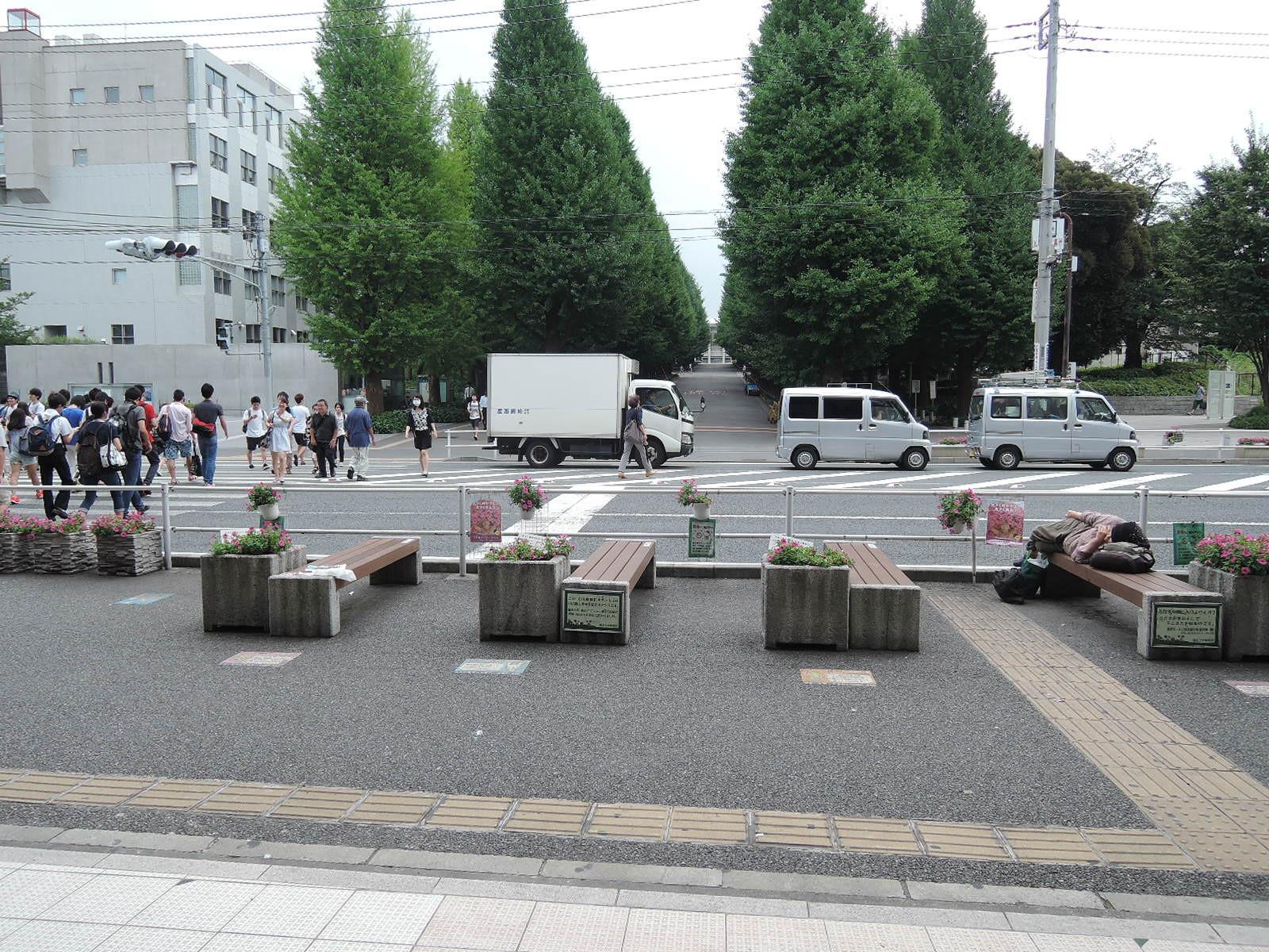 右手に見えるのは慶応大学のキャンパス入口