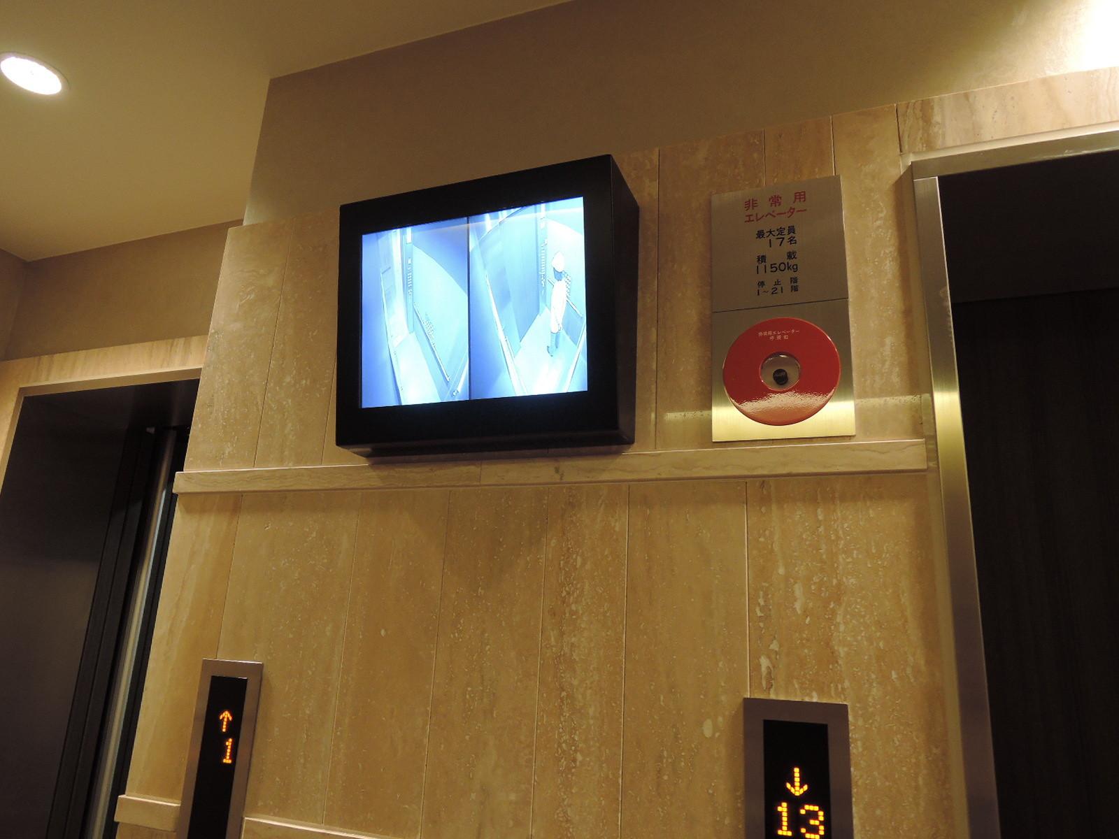 エレベーター内を確認できるモニターも