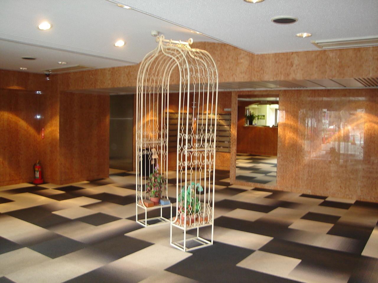 エントランスホール。奥のエレベーターで10階へ