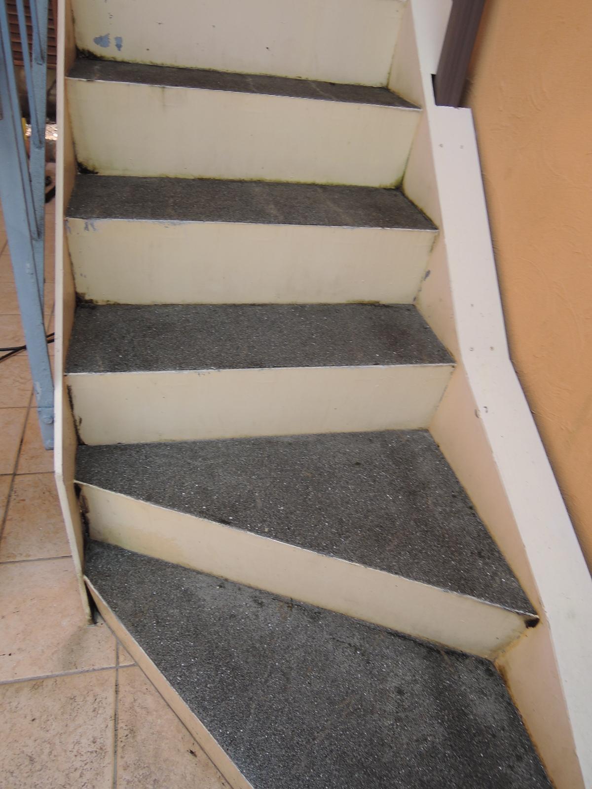階段、きれいになりました