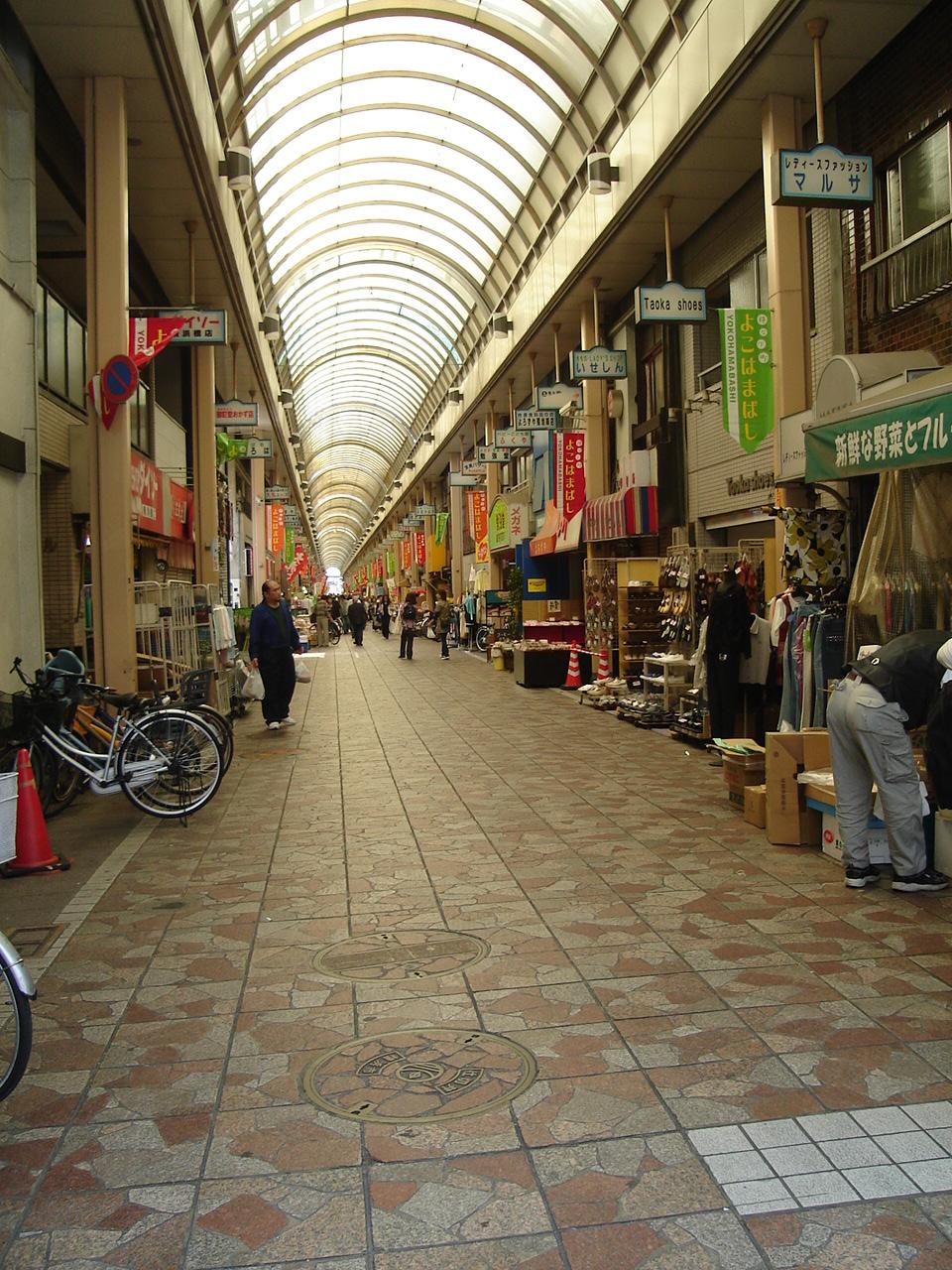 お店が立ち並ぶ賑やかな商店街です
