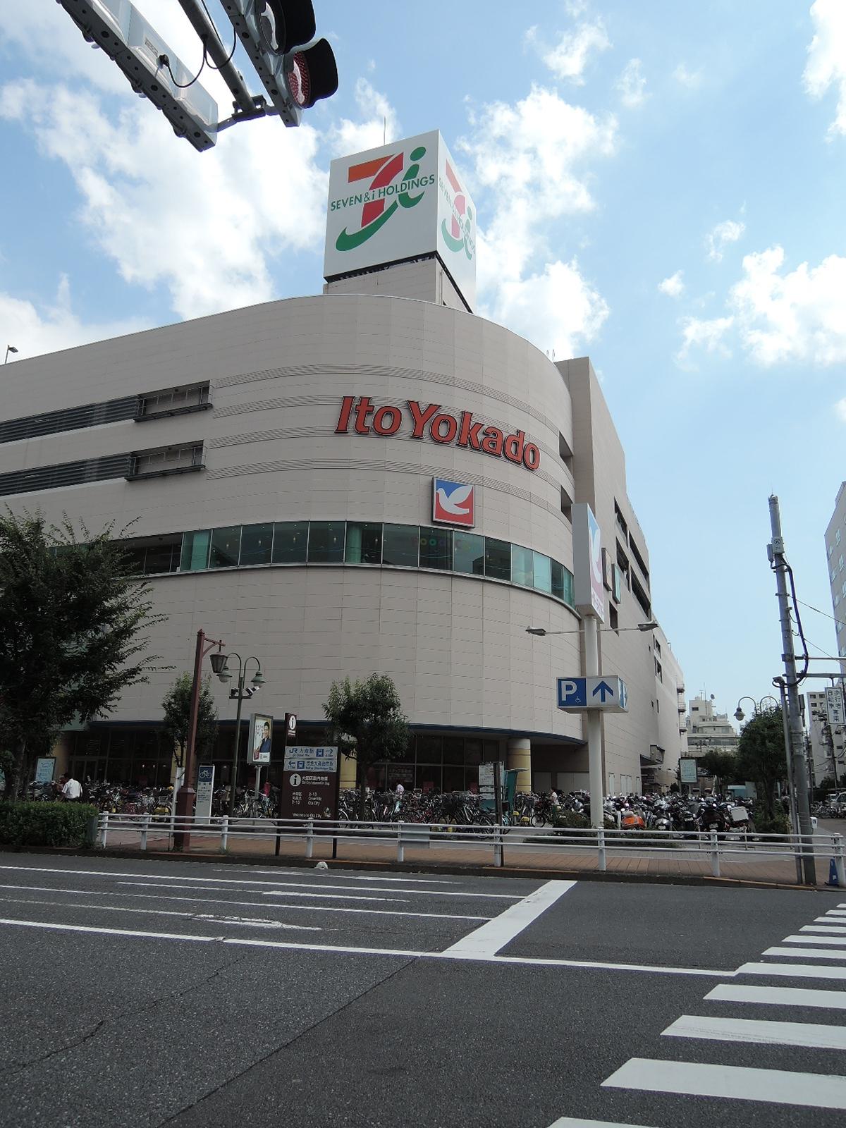 駅の西方向に行くとすぐ、大型ショッピングセンターがあります