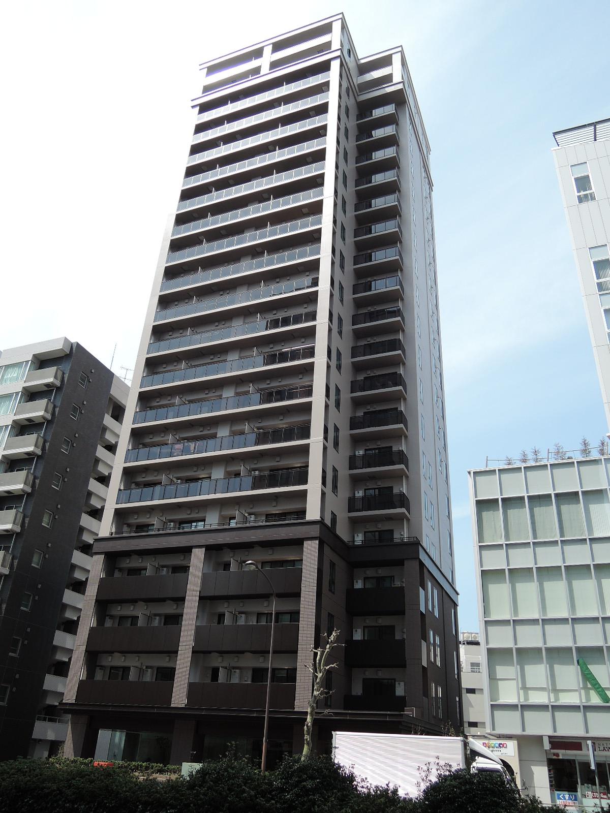 桜田通り沿いに建っています