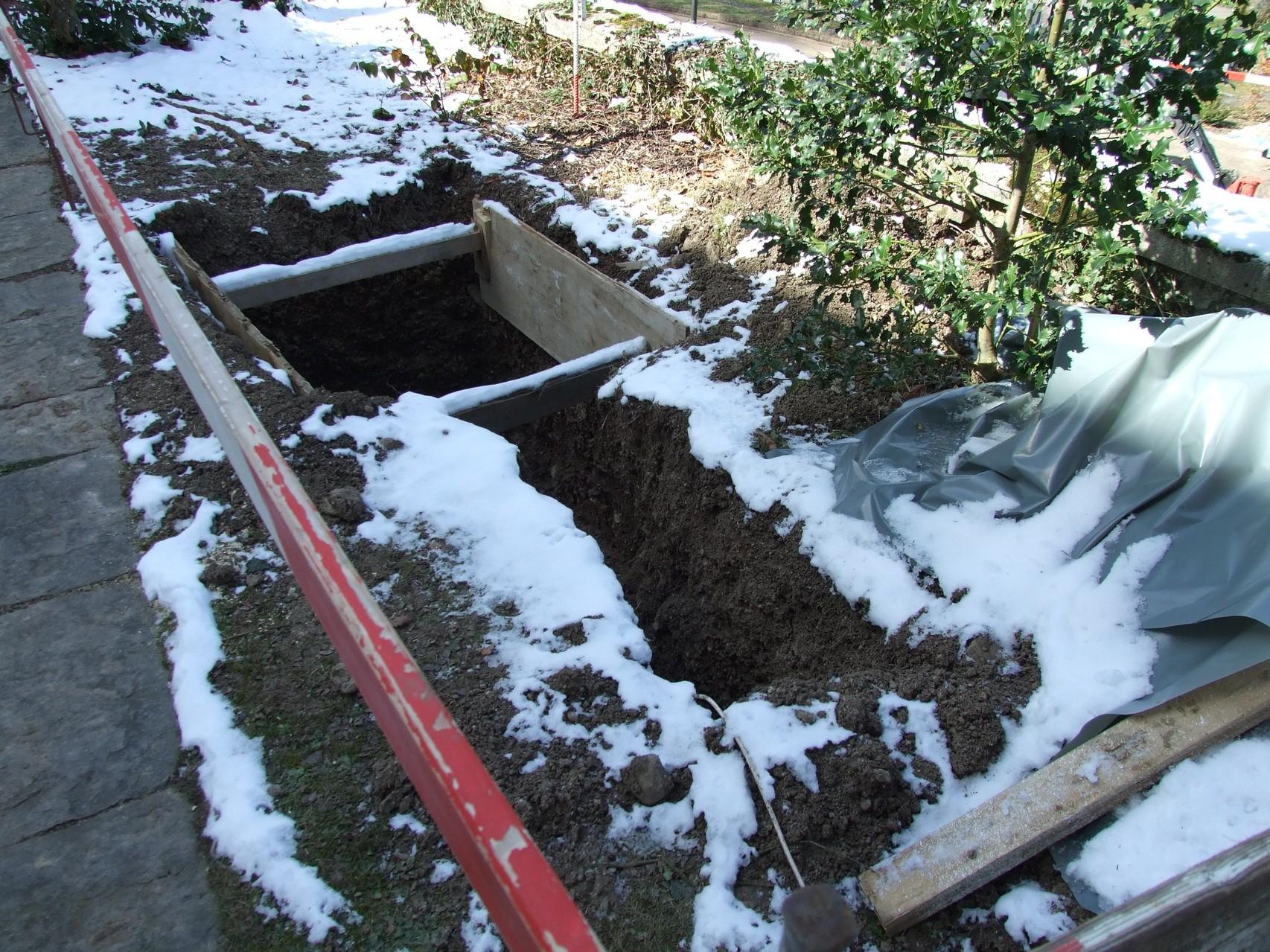 16. März 2013: Oberhalb der Mauer müssen umfangreiche grabungsarbeiten fpür neue Leitungen durchgeführt werden.