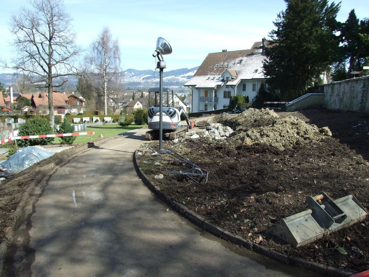 16. März 2013: Der Brunnen wird entfernt, das bewachsene Terrain abgetragen