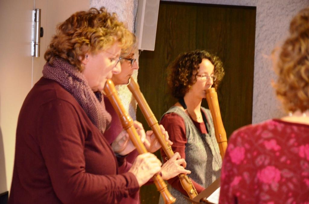 Fröhliche Weihnachtsfeier mit musikalischen Akzenten und leckerem Vesper