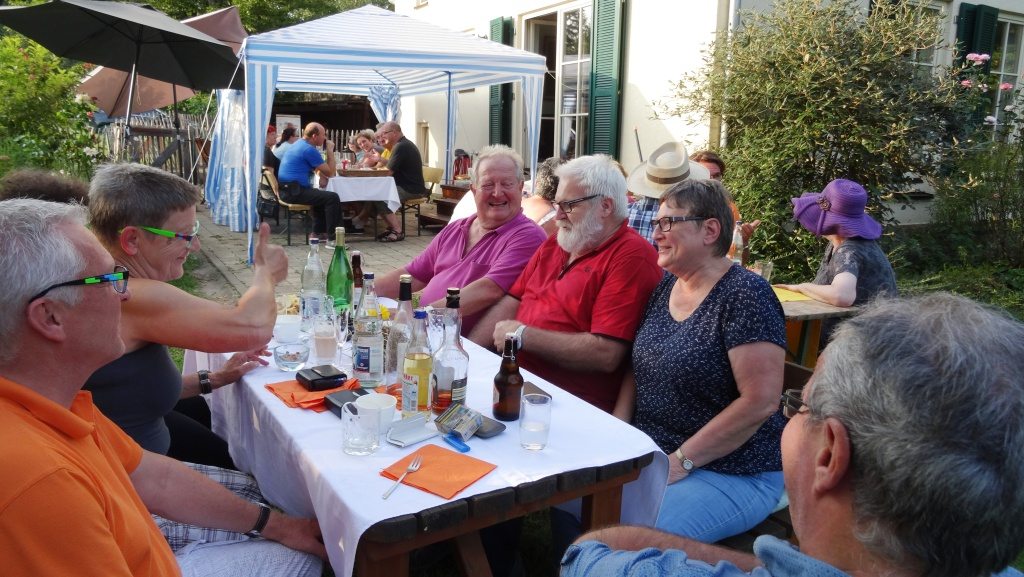 Gute Gespräche und leckeres Grillvesper beim Tafel-Mitarbeiterfest in Hanweiler