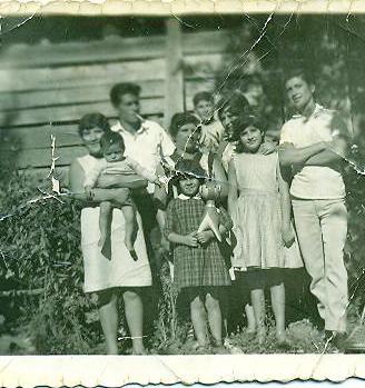 Familia Freire, en su casa de calle Maipú esquina Yungay, Linares.