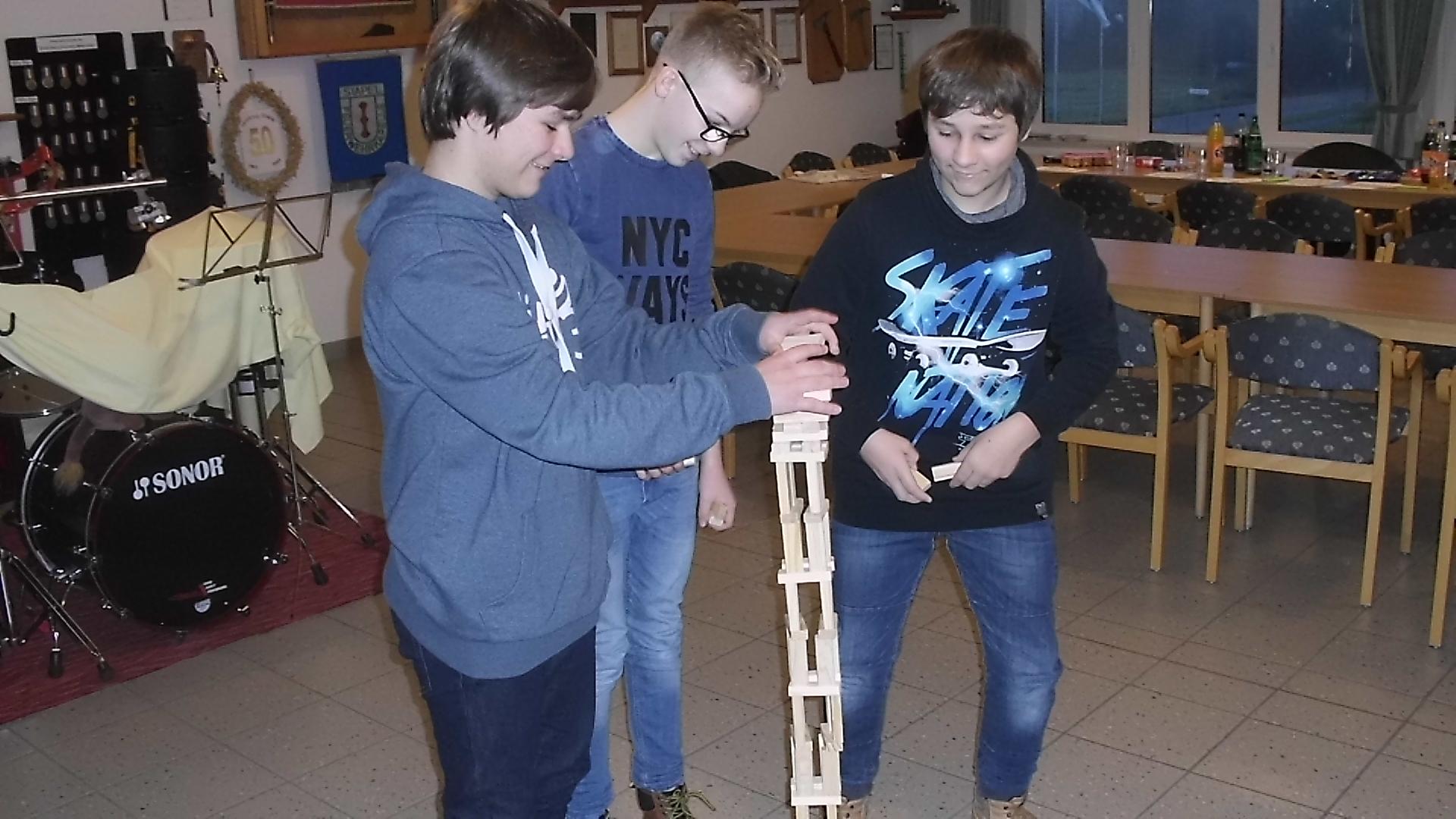 Florian, Max und Felix probieren die Höhe ihrer Körpergröße