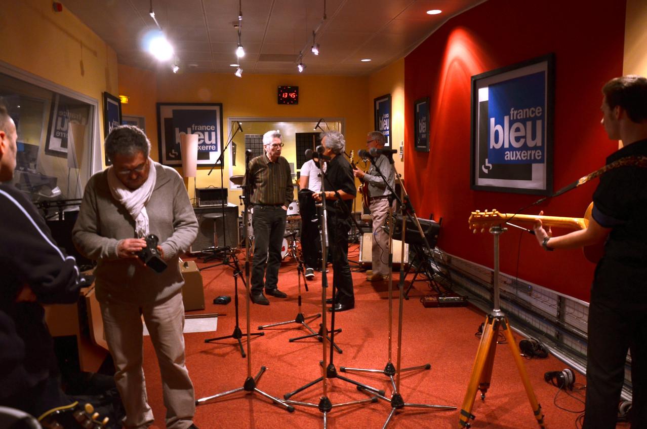 Le studio où va être enregistré la partie live. Au premier plan, Claude Routhiau qui va filmer l'émission