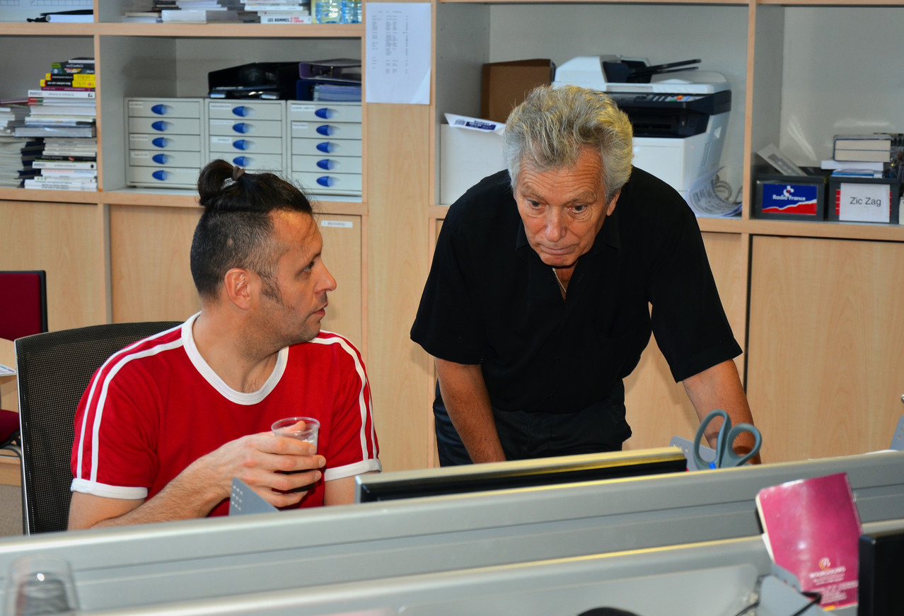 Eugène Lampion, présentateur de l'émission Zic Zag Café, prépare l'interview avec Jean-Claude Coulonge