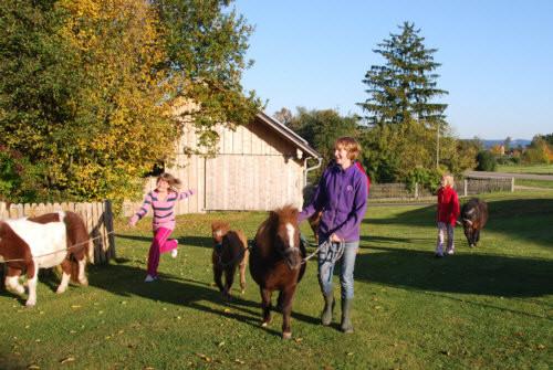 Karinja und Kessi auf dem Weg zum Stall