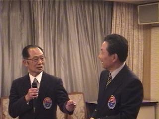 2000年左、土岐名誉会長が寺田名誉会長を指名