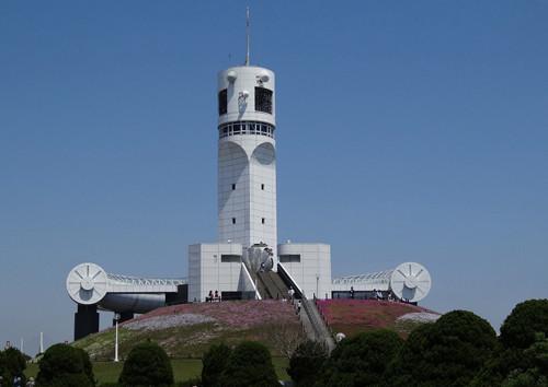 横浜港シンボルタワー:本牧埠頭の先端に有る、船舶通航信号所と展望施設 この時期一面に芝桜が咲く。
