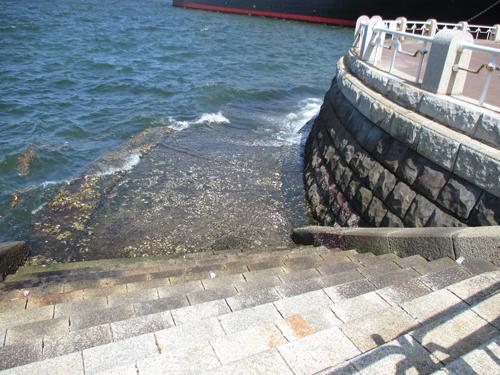 バルコニーには海につながる階段が・・・