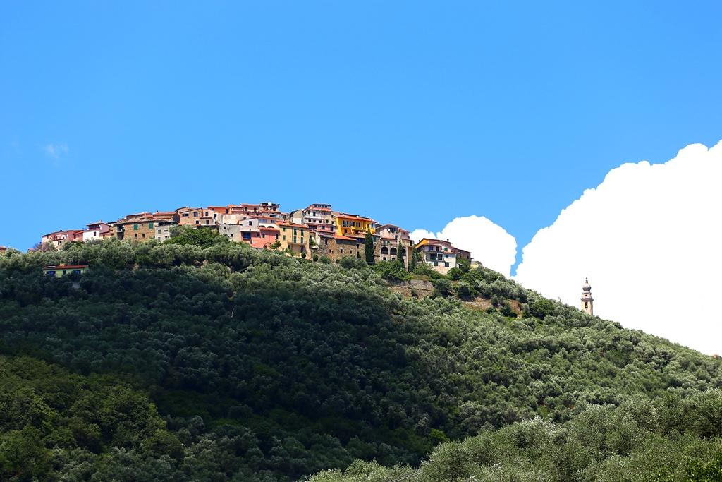 Blick von Chiusavecchia aufs nächste Dorf