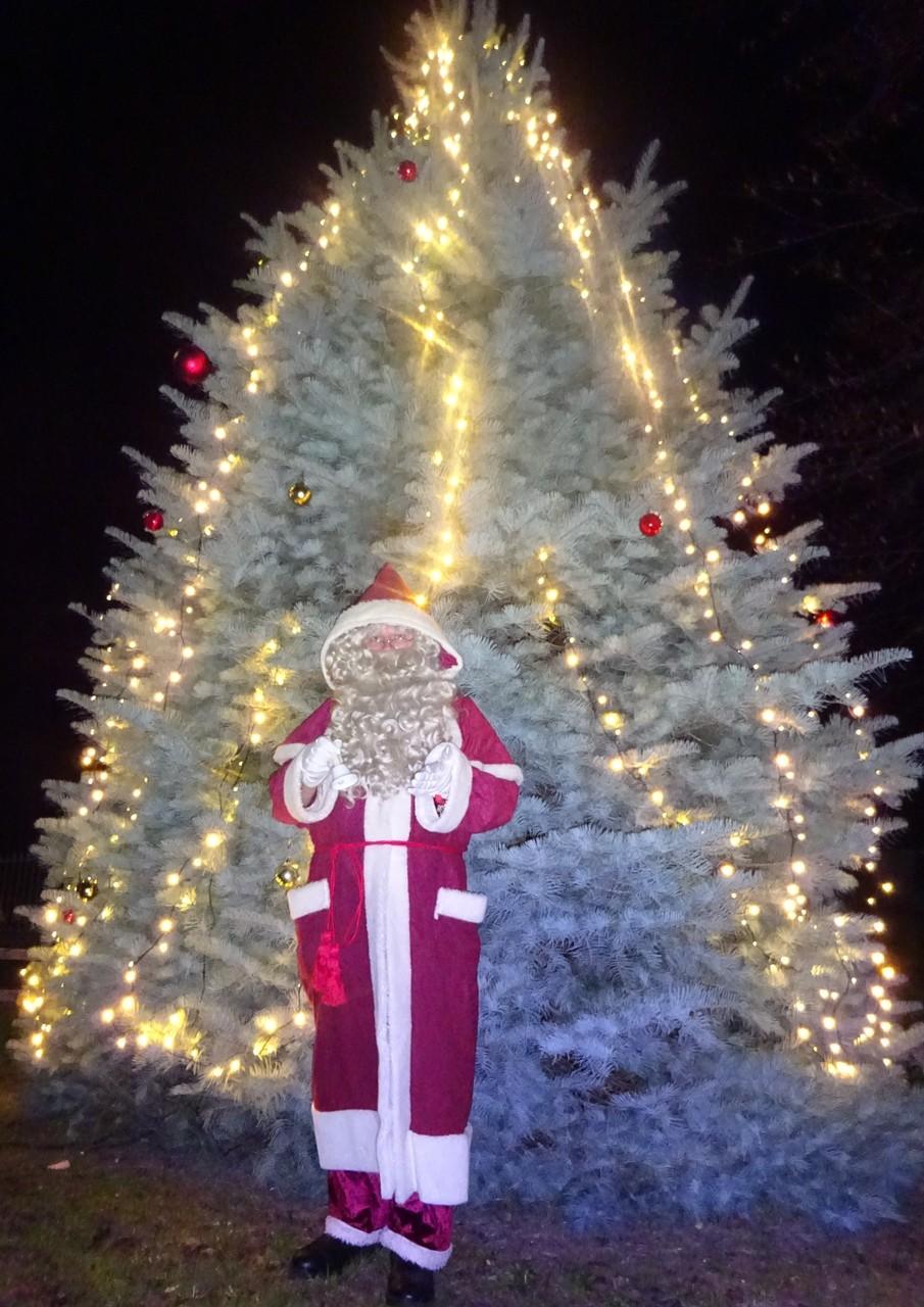 Der Nostalgieweihnachtsmann am Bollersdorfer Weihnachtsmärchenbaum in der Märkischen Schweiz