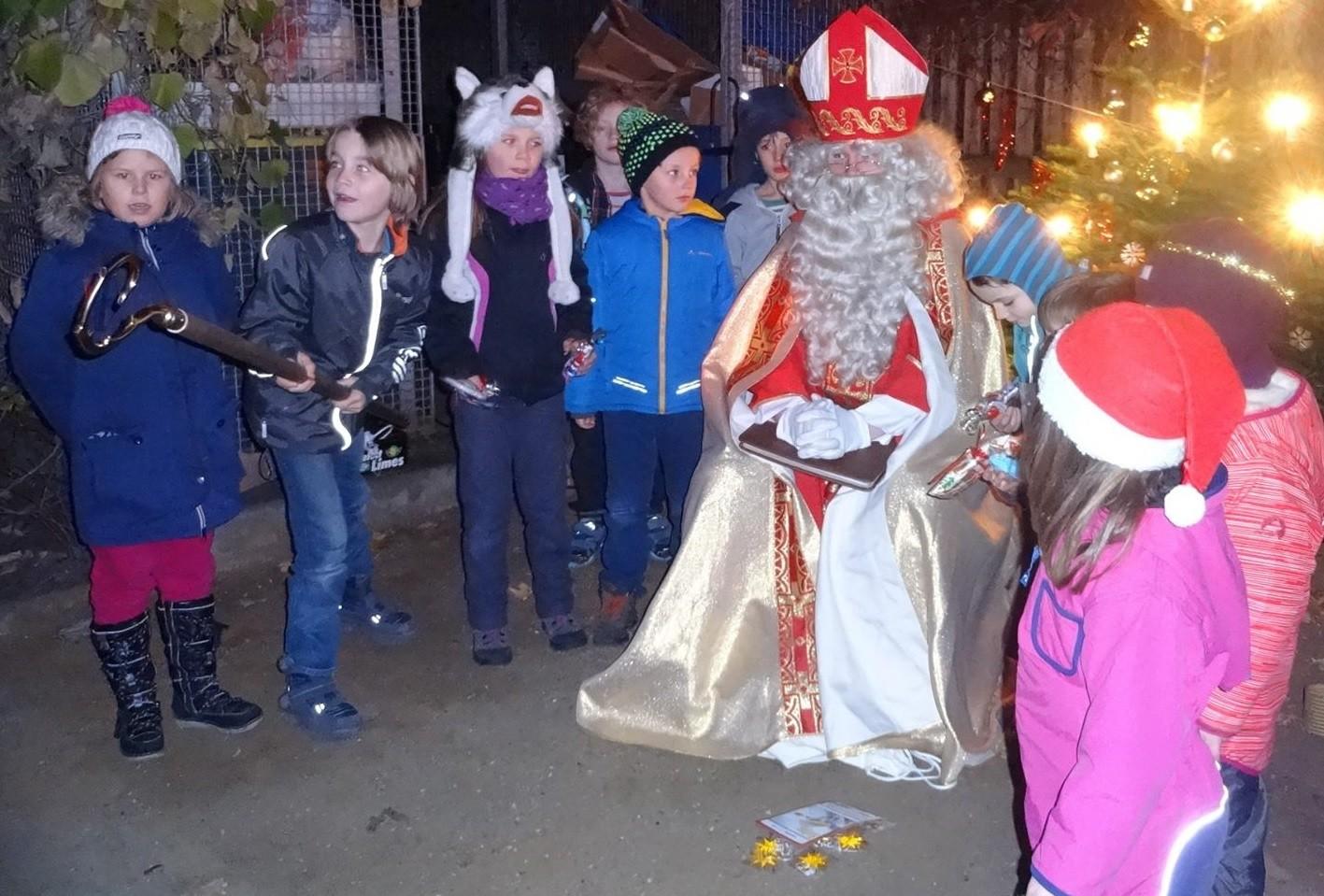 Die Kinder lieben den Heiligen Nikolaus.