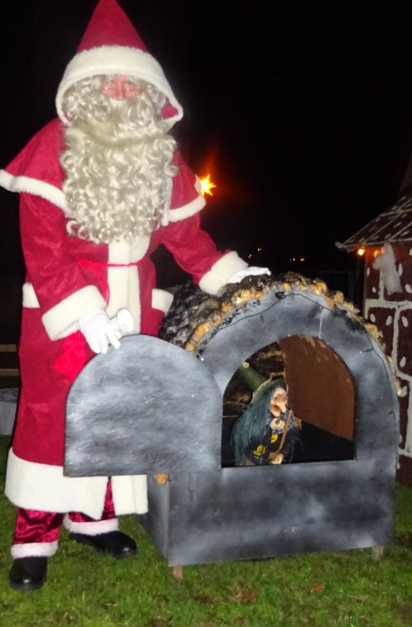 Nostalgieweihnachtsmann trifft die Hexe im Backofen von Hänsel und Gretel