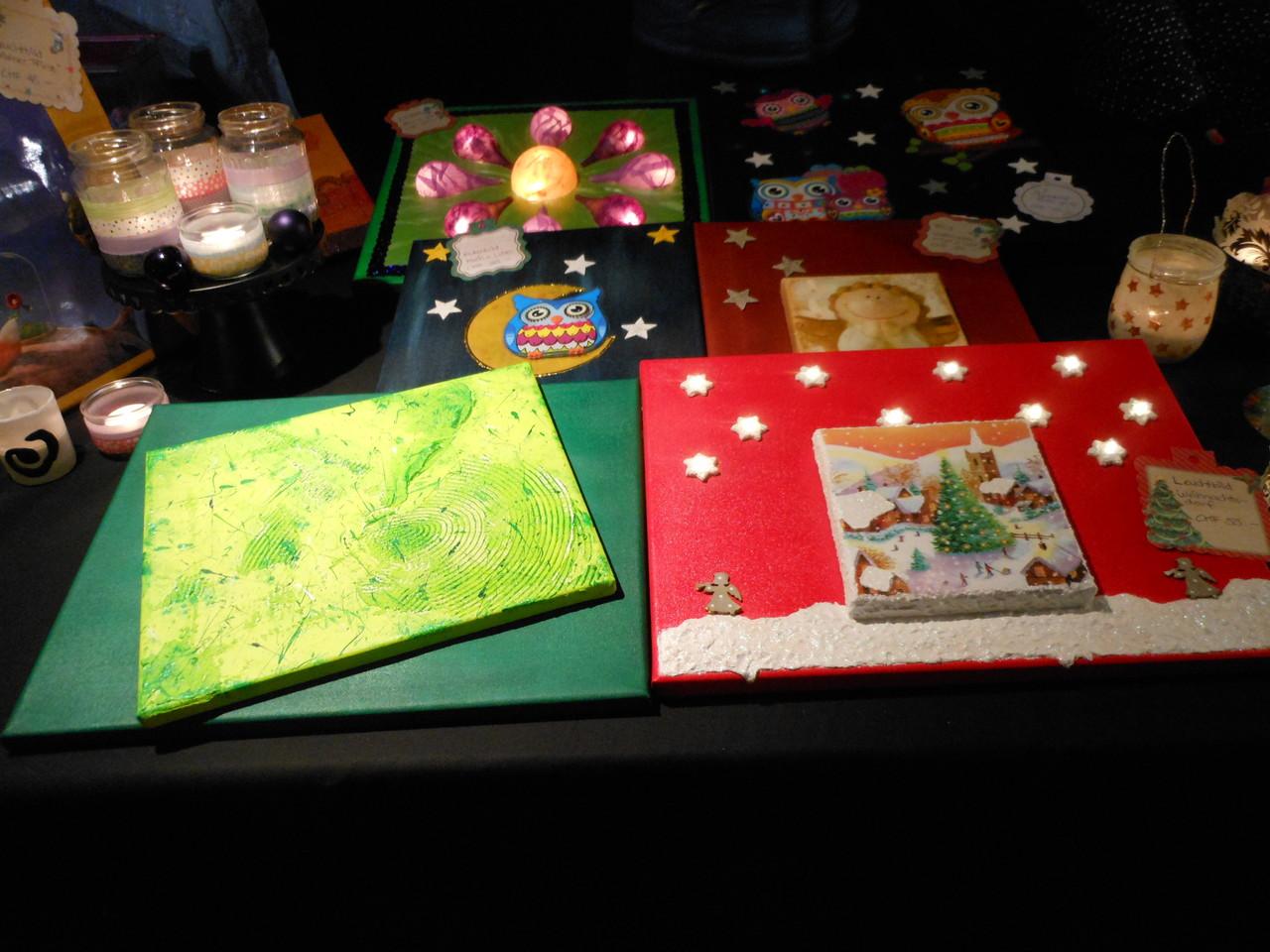 Besonders sticht das weihnachtliche Bild mit LED-Sternen ins Auge...