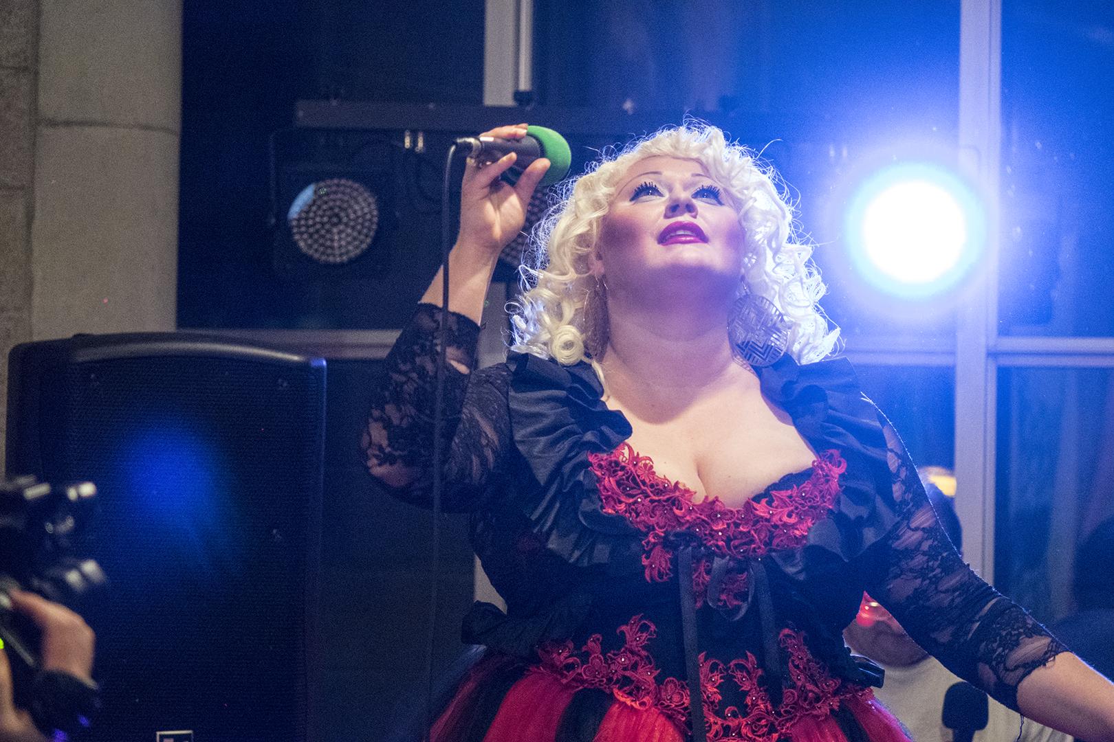 Iryna singt. Foto: Götz Wintterlin