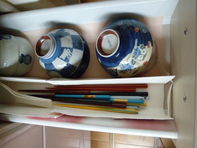 炊飯器の近くに、お茶碗を配置